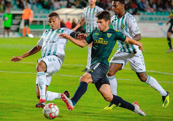 Jonathan Rubio durante un partido con el Tondela.