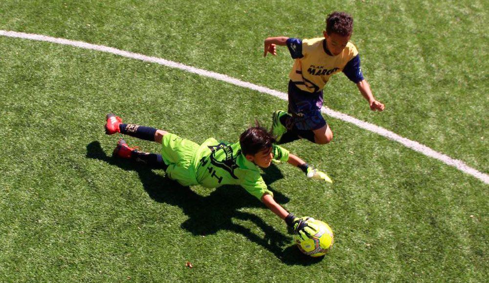 Un portero anticipa a un jugador durante un curso intensivo de Alta Tecnificación en Barcelona.