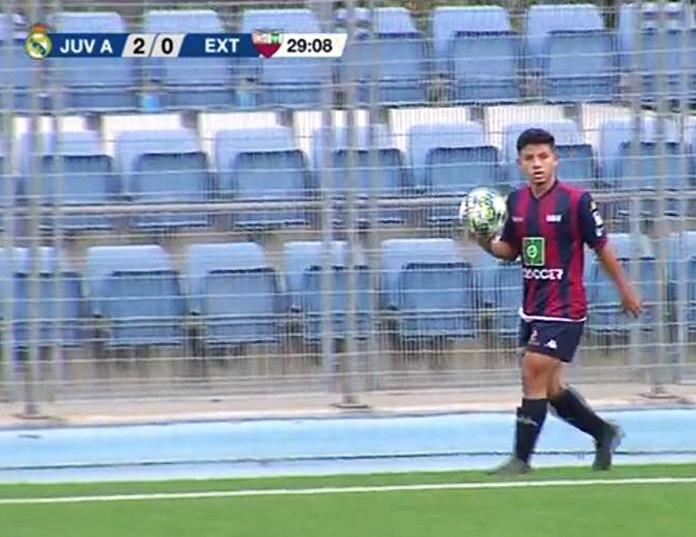 Gustavo en un fotograma de la retransmisión del partido entre los Juveniles de Extremadura y Real Madrid.