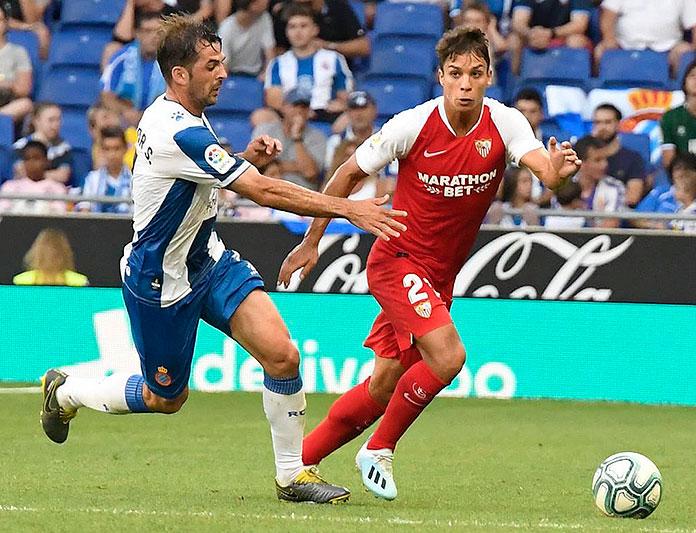 Óliver Torres avec le maillot du Séville.