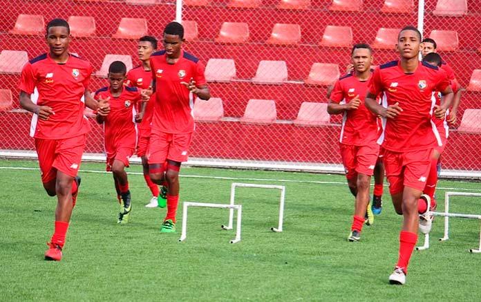 Abdul Knight (izquierda) se entrena con sus compañeros de la Selección Sub-16 de Panamá.
