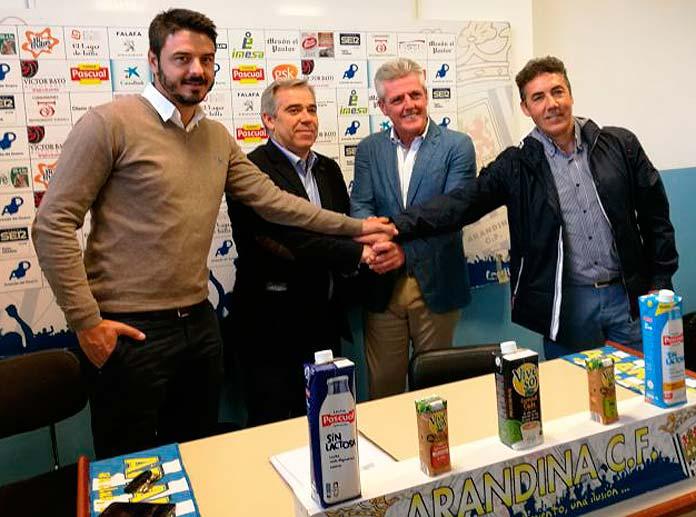 Representantes de Marcet y de la Arandina CF tras la firma del acuerdo de colaboración entre las dos entidades.