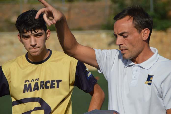 El técnico Pere Tarradellas da instrucciones a sus alumnos durante un entrenamiento en Barcelona.