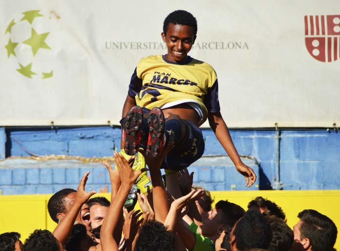 Un alumno de la Marcet Talent Cup 2017 es lanzado al aire por sus compañeros durante una celebración.