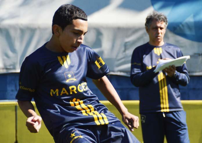 Un profesor evalúa a un alumno durante un entrenamiento en la ciudad Deportiva Marcet en Barcelona.