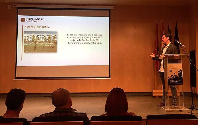 El coordinador Eduardo Alarcón habla durante la presentación del Draft en el Centro Cultural La Almona de Sevilla.