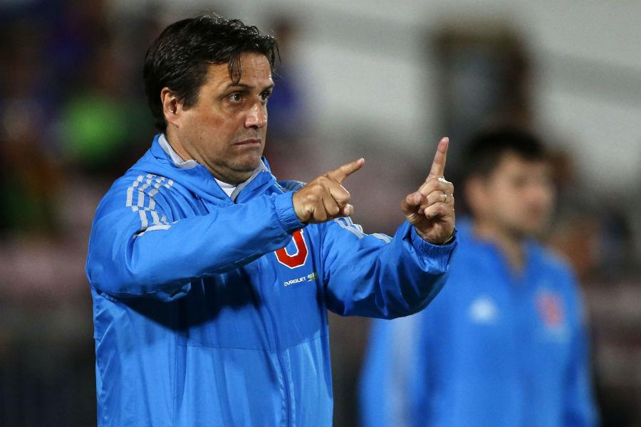 El técnico argentino Guillermo Hoyos durante un partido del Club Universidad de Chile.