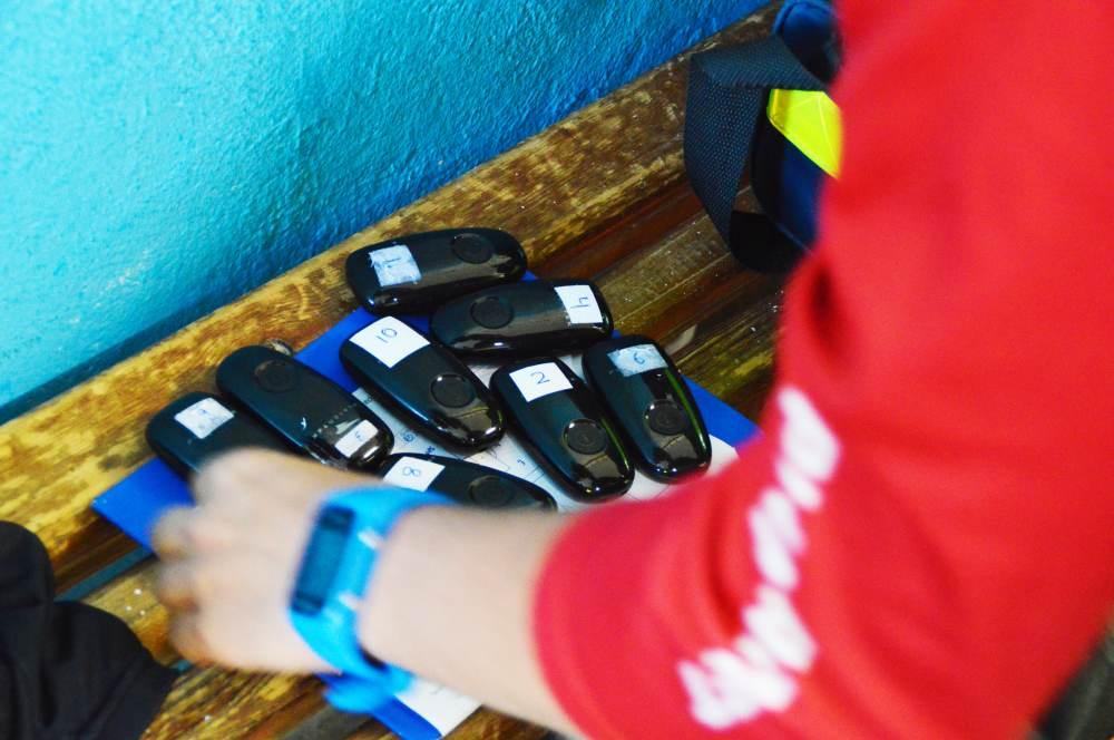 Mientras los jugadores se duchan, Benítez retira los dispositivos y los prepara para su vuelta a Barcelona, donde los responsables del Departamento de Optimización del Rendimiento Físico analizarán los datos recabados durante la expedición a Huesca.