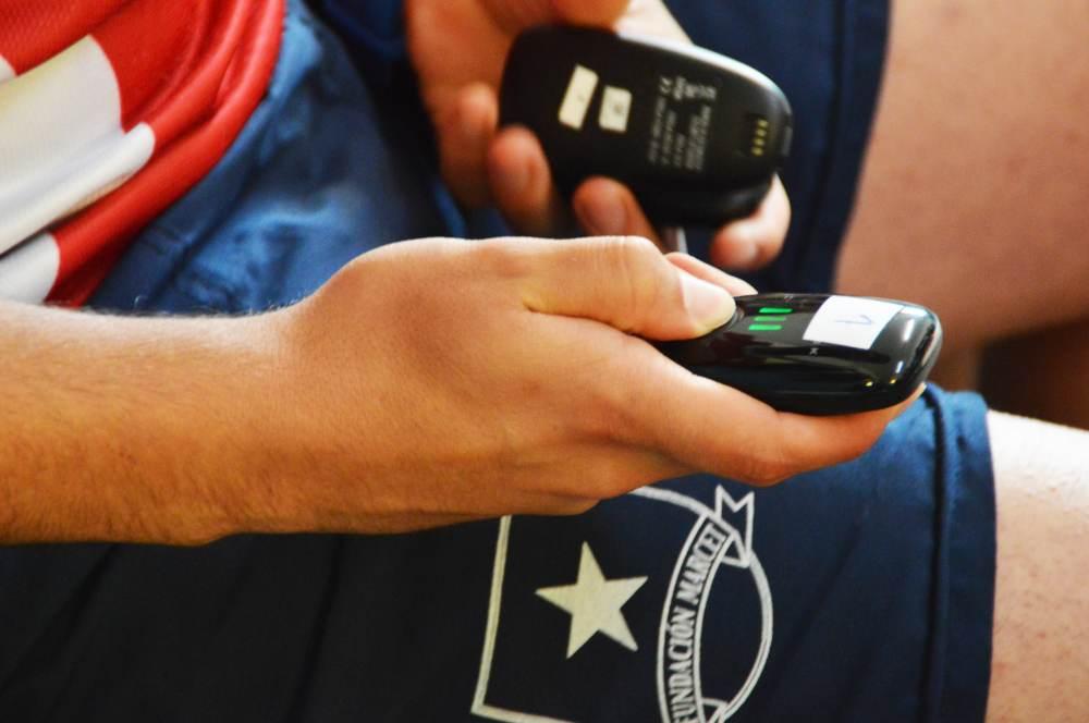 En el vestuario, Benítez prepara los dispositivos GPS. Esta tecnología permite a los preparadores físicos gestionar de forma más objetiva la distribución de cargas durante la temporada. Gracias a los sensores GPS es posible comparar el rendimiento de un mismo jugador a lo largo de las semanas, o de varios futbolistas durante un mismo partido o entrenamiento.