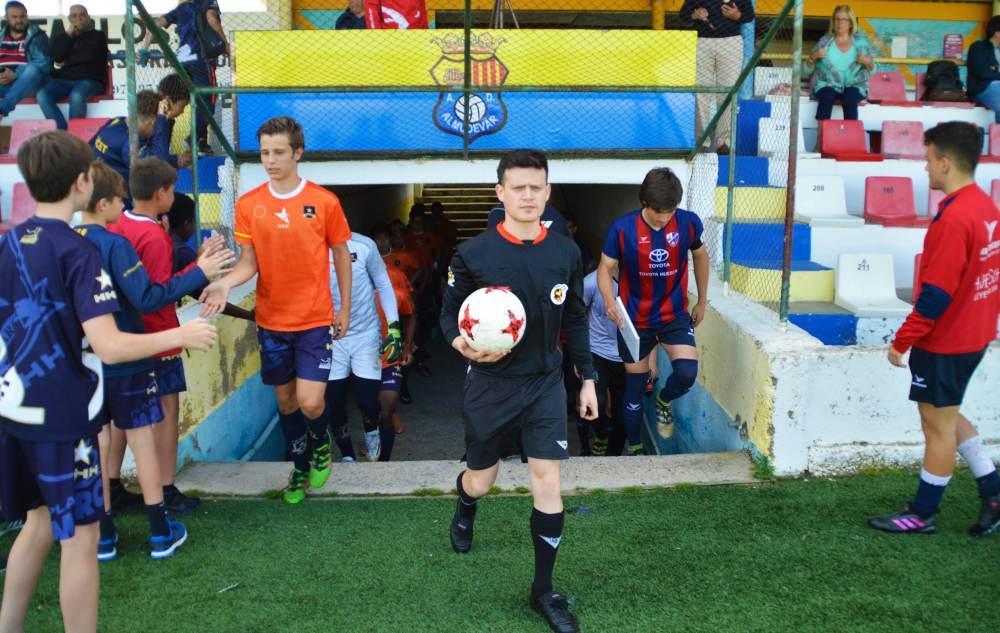 El árbitro dice que es hora de saltar al campo. Los Infantiles Marcet, que también han viajado a Huesca para enfrentarse al equipo de la ciudad, animan a sus compañeros del Programa Profesional Marcet.