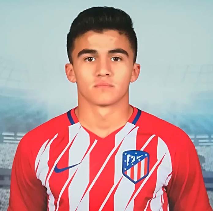 Ádrián Cova posa con la elástica del Atlético Madrid.