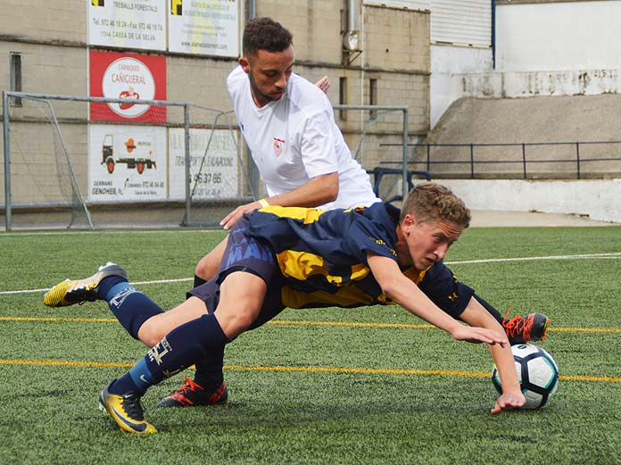 Alberto Salido cae al suelo tras un choque contra un defensa del Sevilla.