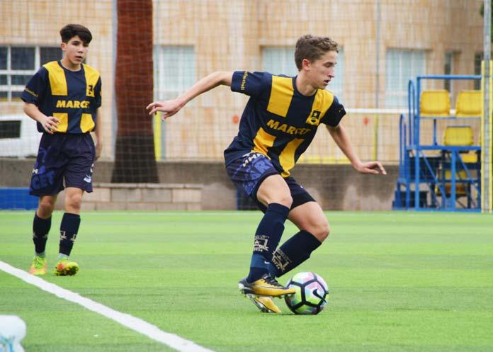 Alberto Saludo conduce la pelota en un partido entre el Marcet A y el Villarreal.