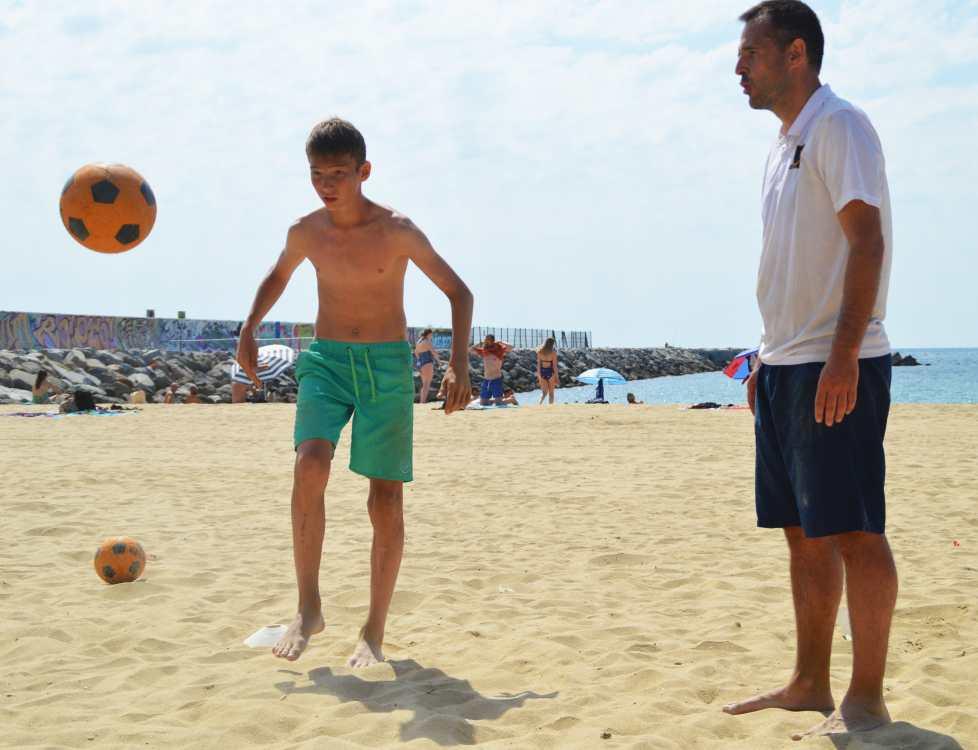 La inestabilidad de la arena hace que golpear la pelota en esta superficie mejore el equilibrio y la estabilidad de cada jugador. Por otra parte, su suavidad amortigua los impactos en el suelo, lo cual es positivo para las articulaciones y permite realizar un trabajo de prevención de lesiones en total seguridad.