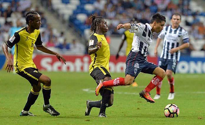 Misael Domínguez conduce la pelota con la camiseta del Monterrey FC.