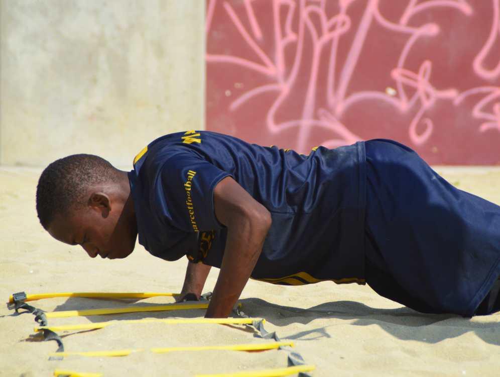 El circuito sigue con una serie de flexiones cuyo objetivo es reforzar pectorales, deltoides, triceps y core. Aunque el fútbol se juegue con las piernas, trabajar el tren superior también es fundamental.