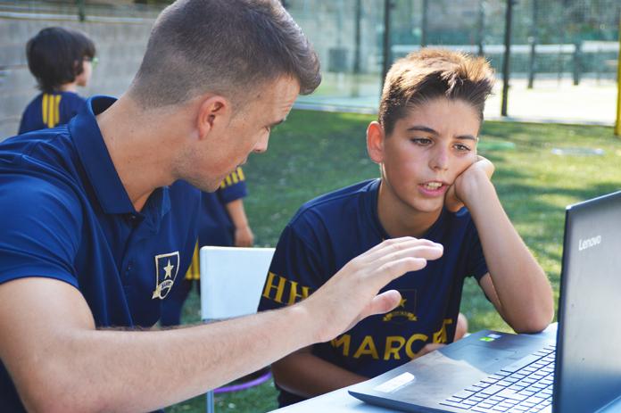 Los analistas se sientan con cada alumno para comentarle cómo está yendo la sesión. El hecho de abordar inmediatamente las cuestiones técnicas relativas a los ejercicios que se acaban de realizar es clave para que el rendimiento del jugador pueda mejorar en el corto plazo.