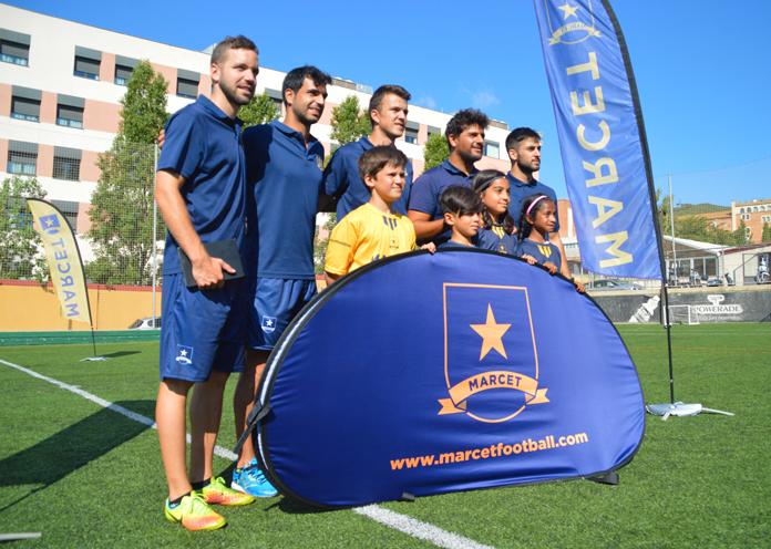 Al finalizar la sesión, los chicos que la han protagonizado posan junto con sus profesores para una foto que les recordará de aquella vez que en Marcet pudieron aprender fútbol inteligente a través de las Nuevas Tecnologías.