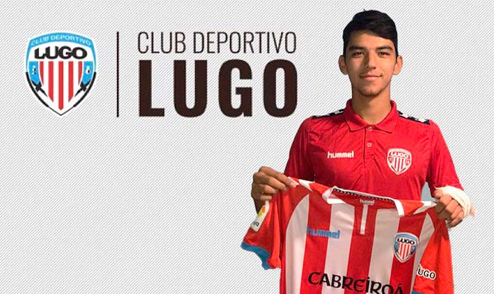 Oraz Atayev shows his CD Lugo jersey after signing for the galician team.