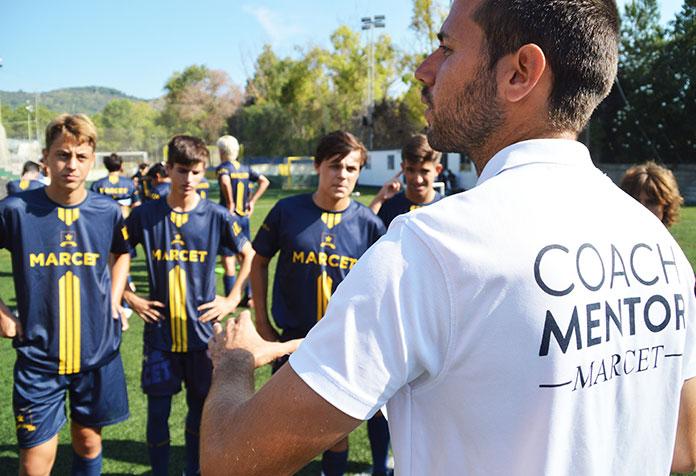 Felipe Ragel, entrenador del Cadete A Marcet, da una charla a los alumnos de la Academia de Alto Rendimiento.