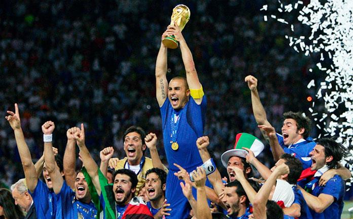 Fabio Cannavaro levanta la Copa del Mundo en el Mundial de Alemania 2006.