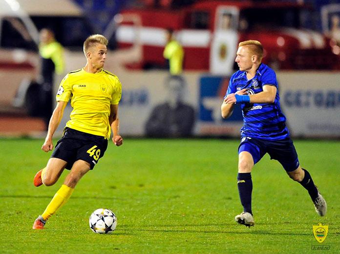 El lateral Sergey Mikhailov en un partido disputando con el FK Anzhí Majachkalá.