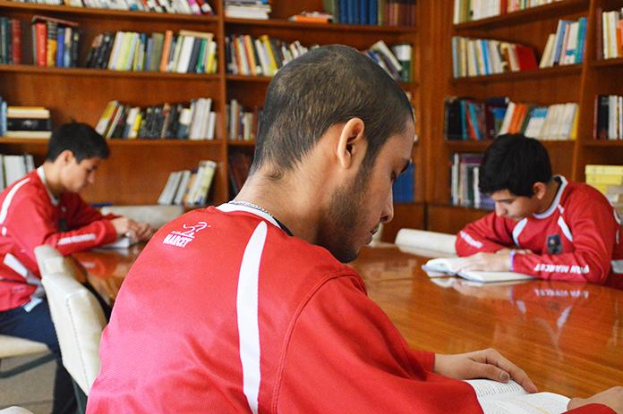 Alumnos de la Academia de Alto Rendimiento estudian en la biblioteca.