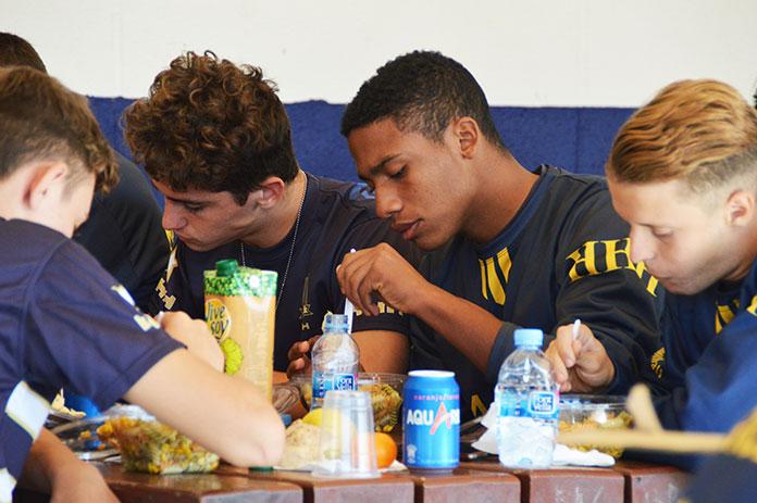 Alumnos de la Academia Marcet comen antes de enfrentarse al Zaragoza.