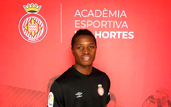 Youssouf Koita posa delante del escudo del Girona Fc tras su fichaje por el club catalán.