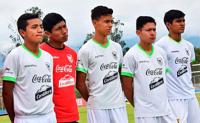 Cristhian Abastoiflor (primero por la izquierda) con la Selección boliviana Sub-18.