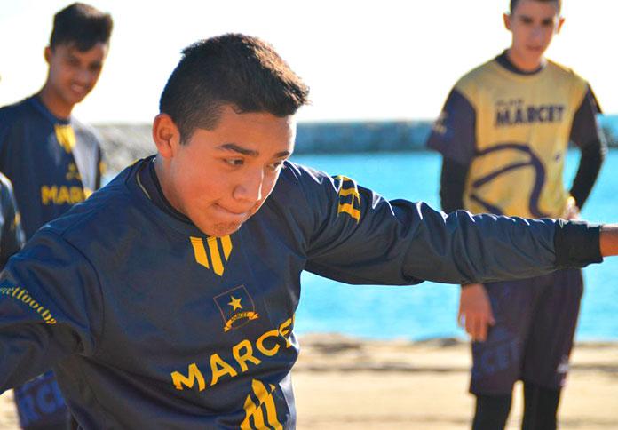 Cristhian Abastoflor durante una sesión de entrenamiento en la playa.