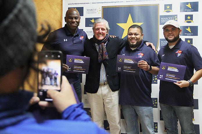 Melissa saca una foto a Javier y otros dos entrenadores junto con el presidente José Ignacio Marcet.