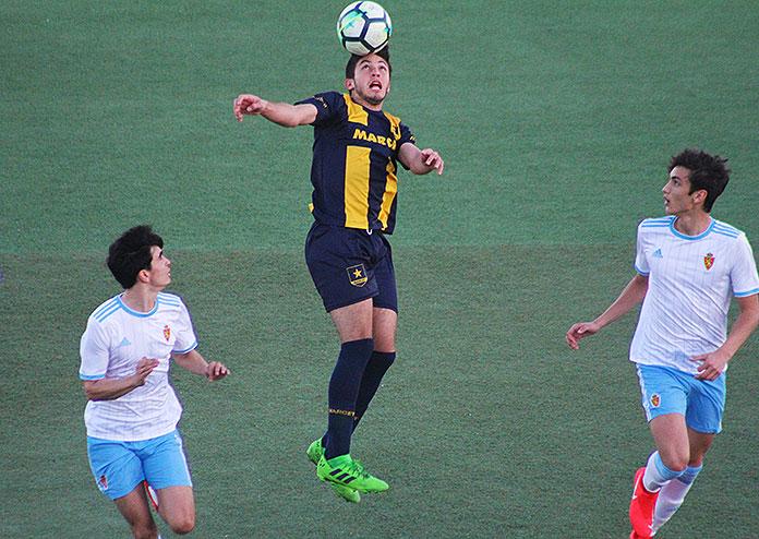 Santiago Hoyos cabecea un balón durante el partido contra el Real Zaragoza.