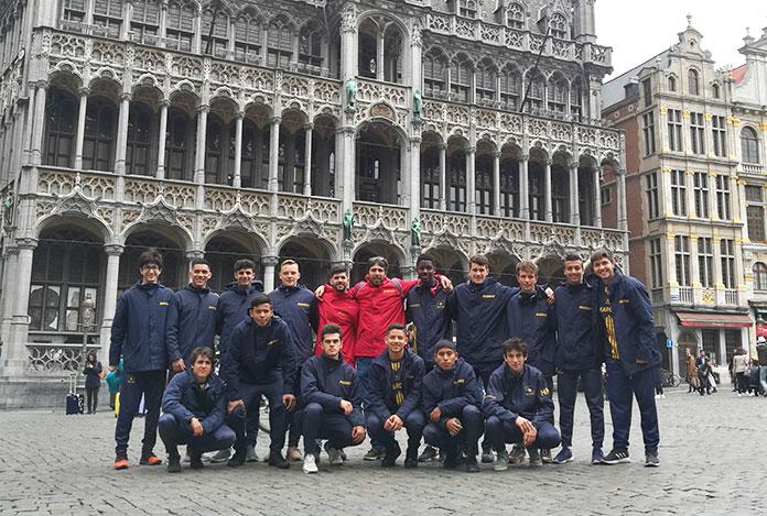 El Juvenil A Marcet en la Grand Place de Bruselas.
