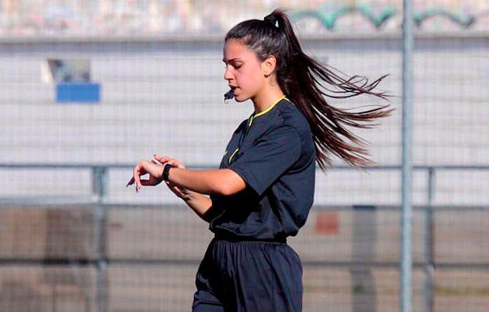 Eva Alcaide mientras dirige un partido de fútbol.