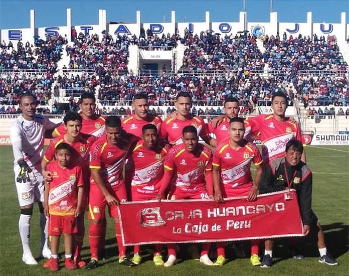 Leonardo Villar (arriba, a la dcha.) posa con el Sport Huancayo el día de su estreno en la Primera División peruana.