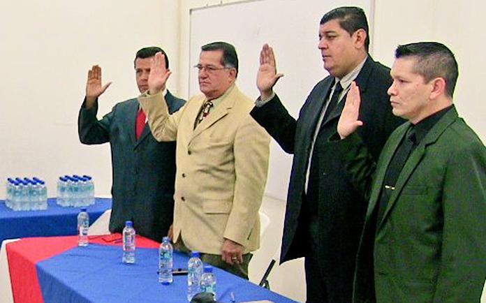 Orlando Portocarrero, con traje negro durante el juramento como miembro de la Comisión de Arbitraje de Costa Rica.