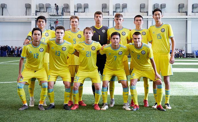 Danil Ankudinov posas con sus compañeros de la Selección Sub-17 de Kazajistán.