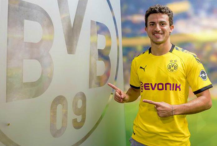 Mateu Morey señala el escudo del Borussia Dortund.