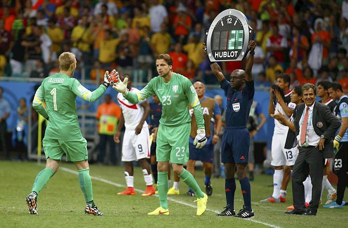 Tim Krul releva a Jasper Cillesen antes de la tanda de penaltis contra Costa Rica.