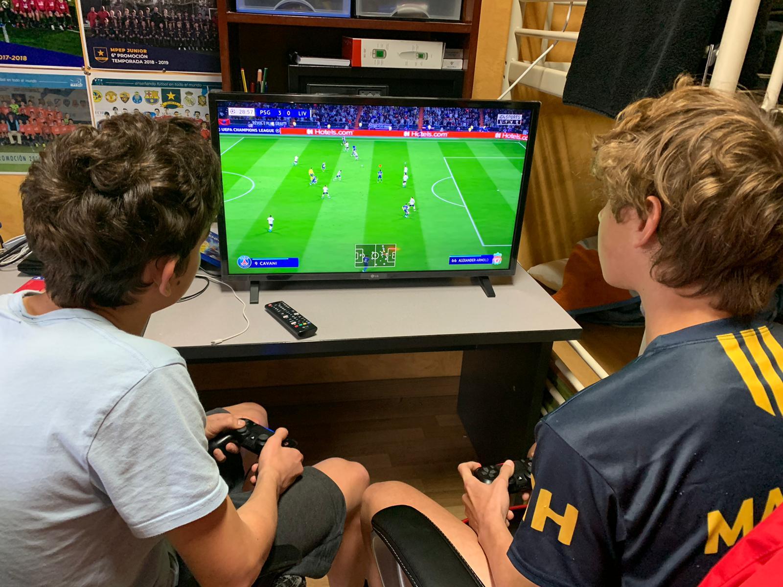 Dos alumnos juegan con una consola.