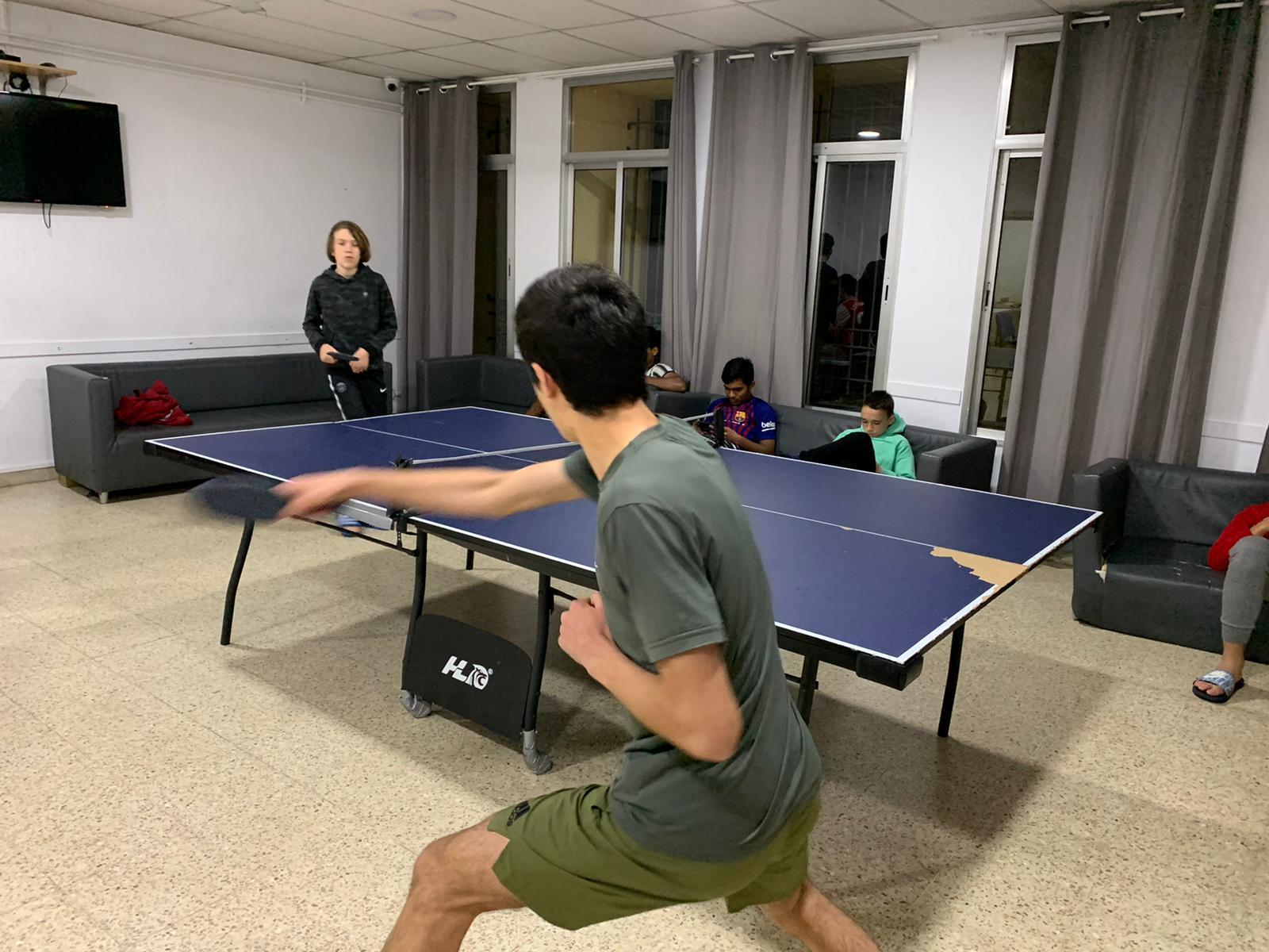 Un partido de tenis de mesa en la residencia Forja.