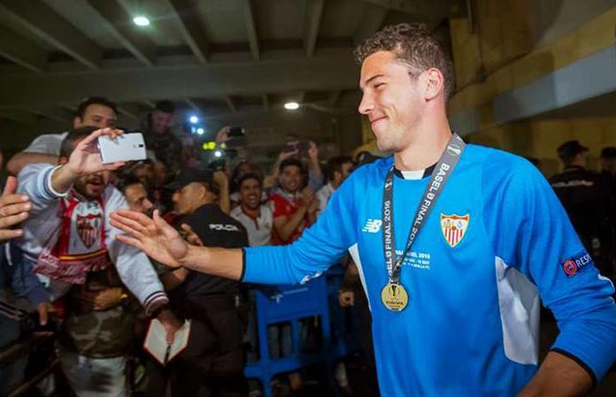 David Soria tras ganar la final de Europa League en Basilea.