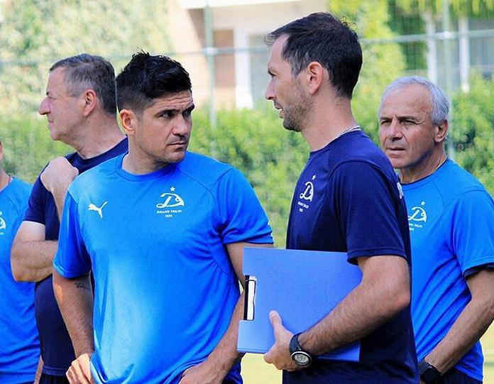 Roberto Cuesta habla con Xisco durante un entrenamiento del Dinamo Tbilisi.