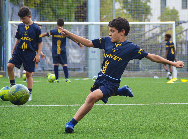 Un alumno a punto de golpear la pelota durante un entrenamiento en la Academia Marcet.